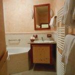 右手前の白い桟状のパイプが暖房で洗濯物をかけておくと一晩で乾きます。