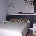 Bequemes Bett / Moderne Zimmer
