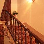 Лестница на 2 этаж отеля
