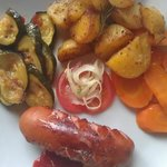 Klöpfer vom Grill mit Ofenkartoffeln und Gemüse