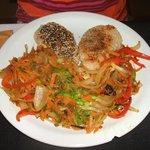 Torrejas rellenas, con semillas sésamo y lino, y verduras al wok