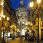 Al fondo, la imagen de la Basílica, de noche