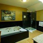 Coach House Edwards Suite Jacuzzi bath
