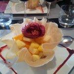 Tulipe de fruits frais et sa glace au cassis.