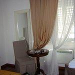 Il tavolino con l'ampia finestra