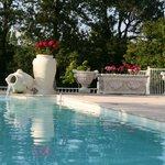 Lever de soleil sur la piscine à débordement de l'Ostal en Périgord