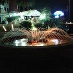 la fontana all'ingresso dell'hotel
