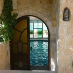 Entrée de la piscine avec la terrasse au fond pour siroter une boisson bien fraîche