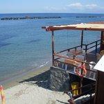 пляж и небольшой ресторанчик рядом