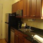 geladeira, micro-ondas, pia e lava-louca