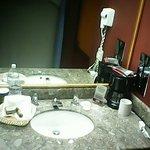 Lavabo, sorry, shampoo y jabon estsban en la ducha