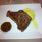 plat de viande avec oignon confis