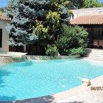 la magnifique piscine dans un superbe jardin fermé