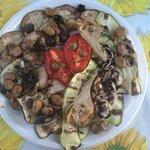 Pizza a taglio e verdure grigliate dal contadino