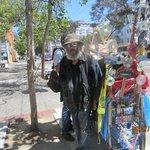 einer der vielen obdachlosen gegenüber oasis-inn