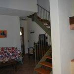 Wohnzimmer und Aufgang zum Schlaf- und Badezimmer Nummer 2