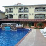 piscine et vue hotel