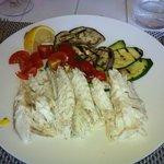 loup de mer grillé avec légumes grillés