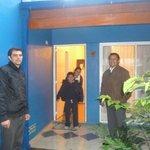 Carlos, de recepción junto al Sr. Rafael Carballo, a la entrada de la cabaña.