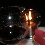 una copita de vino a la luz de las velas