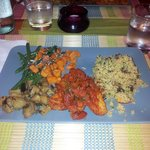 CousCous noci, uvetta e menta - tempeh con pomodoro capperi e olive - carote, melanzane e fagiol