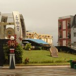 Tampak Victoria Guest House di dekat Monumen Gong Perdamaian