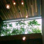Salão interno com iluminação retrô...experimenta !