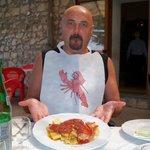 Alucinado con el plato y el babero