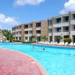 Zona de piscina y vista  a las habitaciones