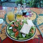 Deliciosa ensalada griega con un jugo de maracuyá