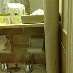 nos banheiros, velhos e mau cheiro e uns misteriosos canos...