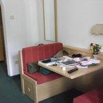 tavolo con due panche da appoggio in camera e sotto le panche cassetti estraibili