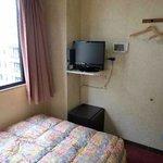 4  シングル客室(テレビと冷蔵庫)