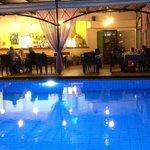 Vy från Jechrinas poolområde på kvällen.