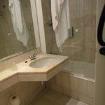 Banheiro limpo e claro
