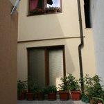 ...Il cortile con la porta finestra della nostra stanza...