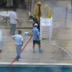 Llenando la cisterna del hotel