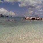 Hermosa y clara playa de arena blanca