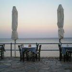 tavoli del bar dell'albergo