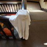 Vieze handdoek die bij de schone handdoeken hing...