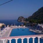 La piscina con lo sfondo del mare