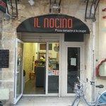 l'entrée principal de cette super pizzeria au pizza bien différente de celle que l'on connait :)