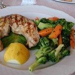 Tonno fresco alla grglia con broccoletti e carote al vapore