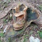 una delle bellissime sculture in legno sulla strada del lago