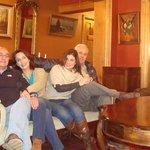 En el living del hotel Vendimia sentados en el sofá que perteneció al ex pese dente Carlos Ibáñe