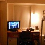 部屋の中 液晶TV26インチくらい?
