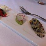 Appetizer van het huis (mozzarella/tomaat, avocado-mousse, quinoa)