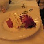 torta di compleanno meringa con salsa alle rose