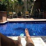 Los camastros en la piscina son ideales para relajarse.