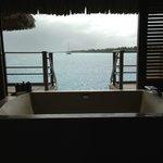 Salle de bains ouverte sur le lagon de BORA
